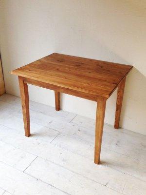 アンティークブラウン色のパインテーブルです。