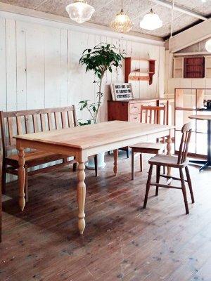 天然木・無垢材を使ったダイニングテーブル、北欧インテリアやアンティークミックスインテリアにおすすめ。