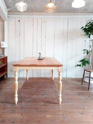 ターンドレッグが目を引く、奥行き90cmの幅広ダイニングテーブル。