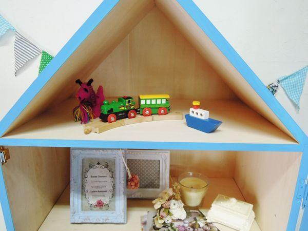 家の形の本棚、かわいいブックシェルフ