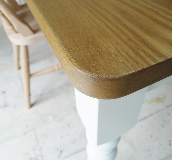 角を丸くしたテーブル