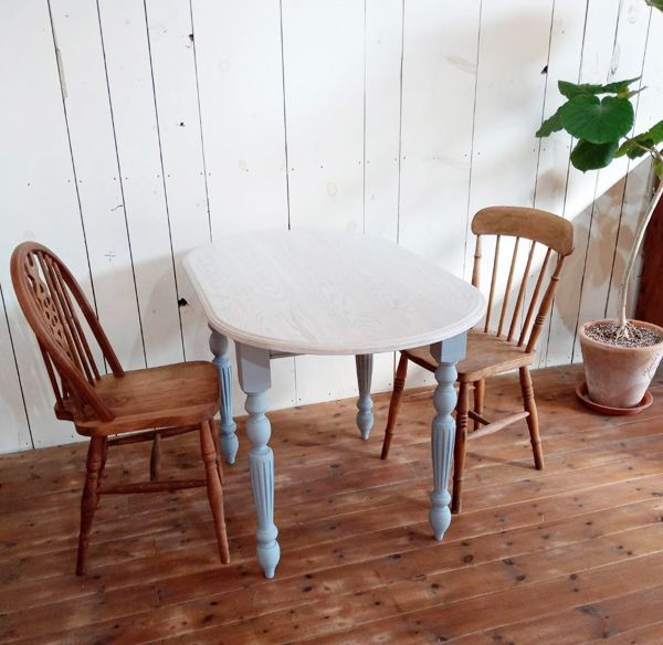 楕円形をしたオーバルダイニングテーブル