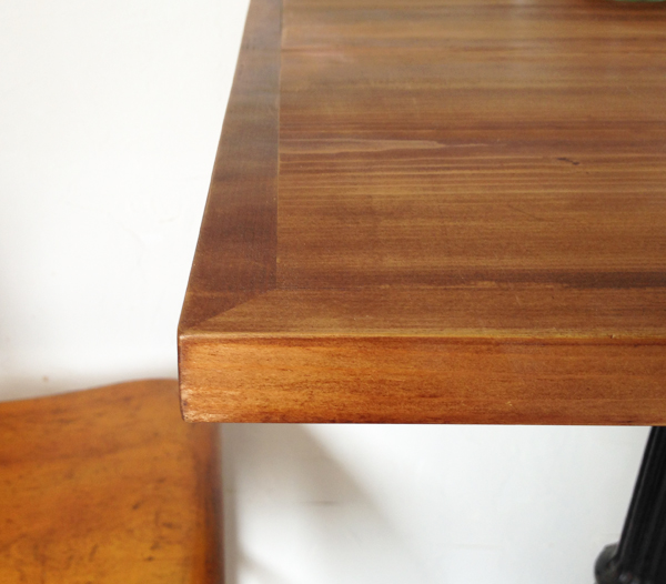 業務用テーブル天板の販売 /><br />  天板の縁は額のように飾られています。<br />  蜂の巣から作る蜜蝋ワックスで仕上げています。木肌の温かみを感じつつ、<br />  艶のある上品さ、水に強いというメリットがあります。<br />  毎日の水拭きでワックスが剥がれていきますので、定期的なお手入れをお勧めします。<br /> <br /> <img src=