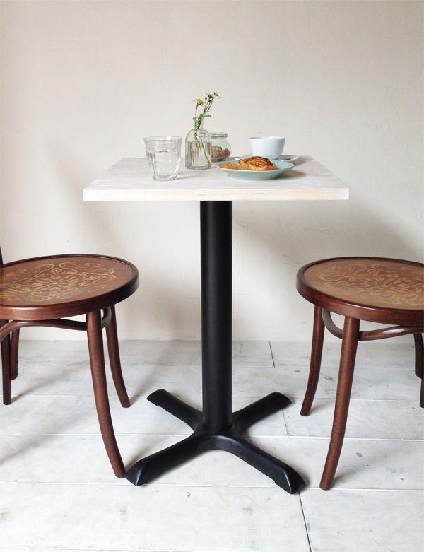 飲食店向けの鉄脚テーブル500角、ホワイト無垢板、シンプル