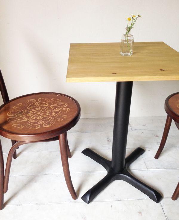 飲食店向けの鉄脚テーブル500角、パイン無垢板、シンプル