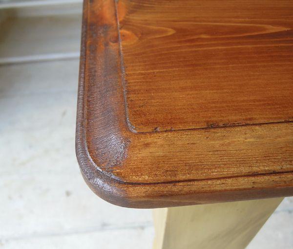 アンティーク調エッジ加工を施したパインテーブル